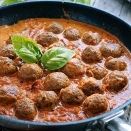 Köttbullar i gräddig tomatsås